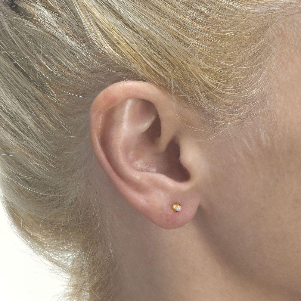 תכשיטים מזהב לילדות   עגילים צמודים מזהב צהוב 14 קראט - פנינה מלבבת - קטן