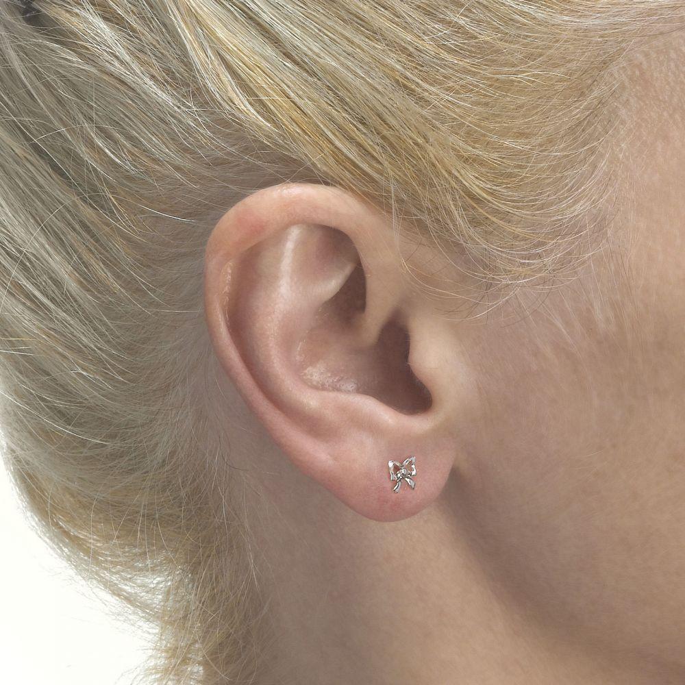 תכשיטים מזהב לילדות | עגילים צמודים מזהב לבן 14 קראט - פפיון עדין