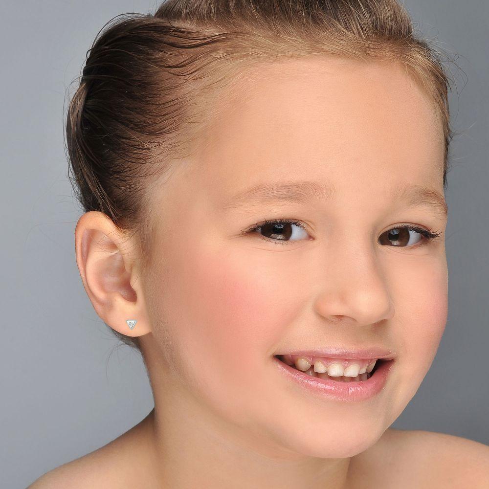 תכשיטים מזהב לילדות | עגילים צמודים מזהב לבן 14 קראט - משולש מנצנץ