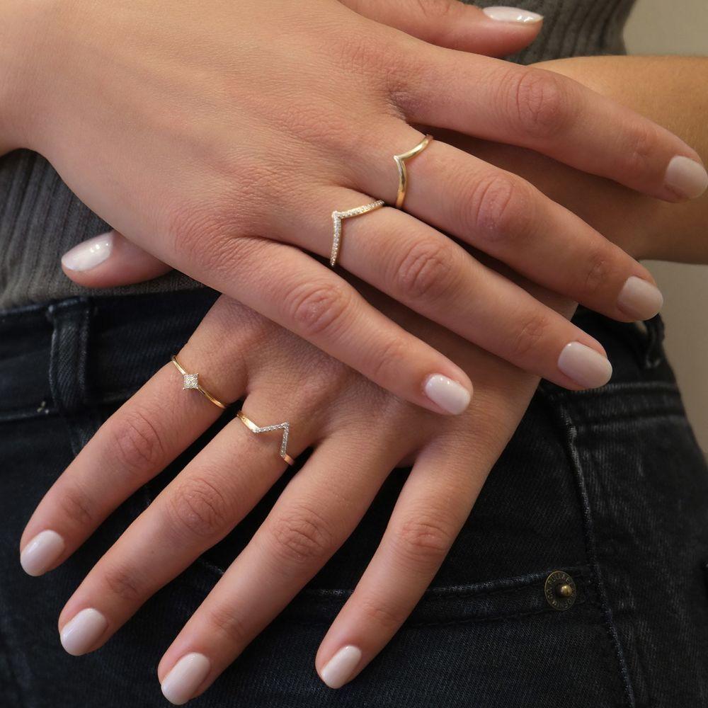 תכשיטי זהב לנשים   טבעת מזהב צהוב 14 קראט - וי קטן עם זירקונים