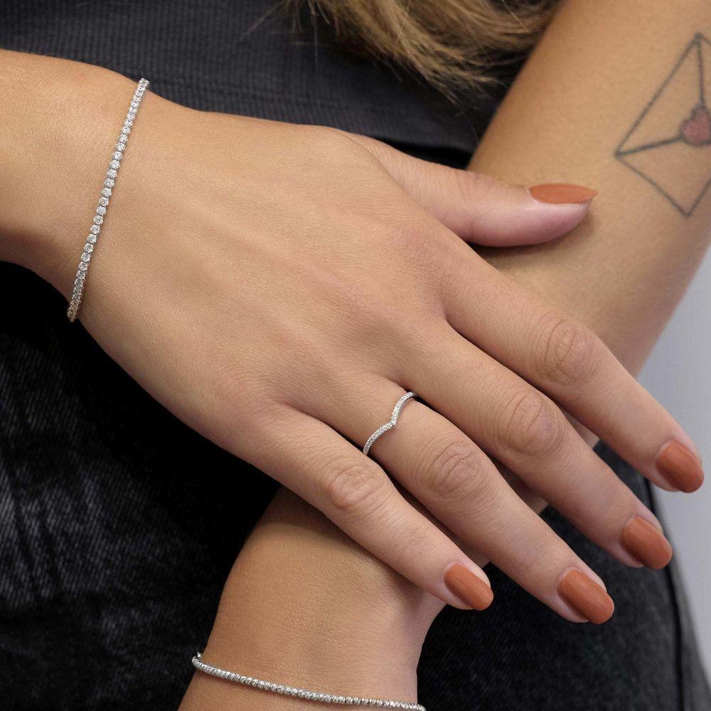 תכשיטי יהלומים   טבעת יהלומים מזהב לבן 14 קראט - וי מנצנץ