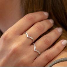 טבעת מזהב לבן 14 קראט - וי עדין